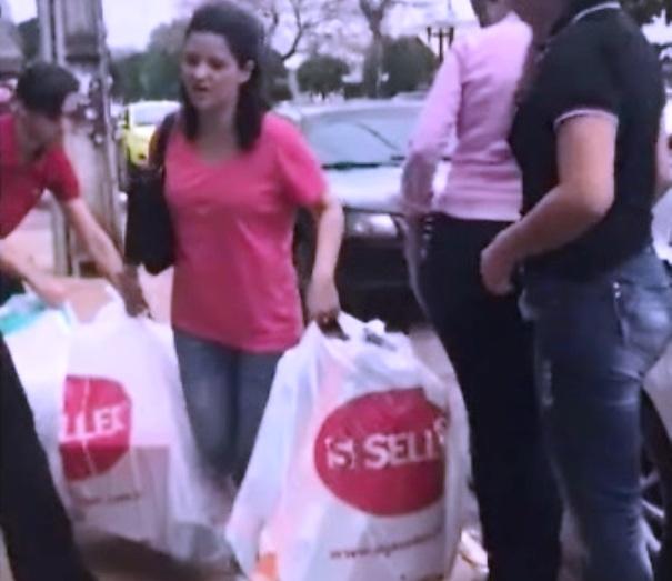 419700fdf253 A mulher foi flagrada momento em que tentava deixar a loja com as sacolas  de objetos furtados (Foto:Reprodução)